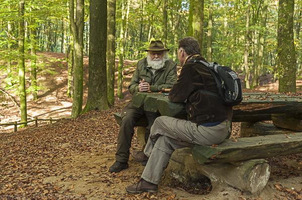 Louis Fraanje en Wim Huijser bij het Solse Gat in het Speulderbos.
